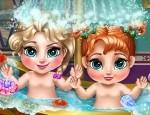 Bebelusii din Regatul de Gheata la baie